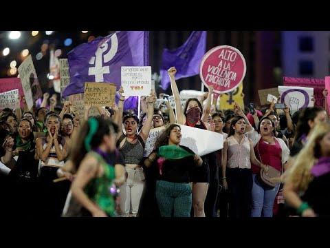 شاهد: المكسيكيات يتظاهرن احتجاجا على اغتصاب عناصر من الشرطة فتيات قاصرات…