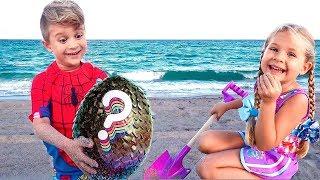 Diana y Roma Juegan con Papá en la Playa