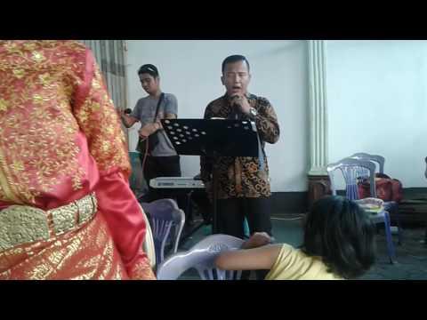 Ayah Bundaku Bernyanyi