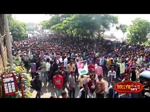 MUMBAI Police LATTHI CHARGE On Shahrukh Khan FANS For Traffic jam