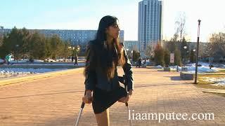 Heels And Crutches / Каблуки и костыли (прогулка в парке)