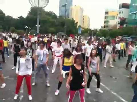 Oishi dance ngay chợ Bến Thành