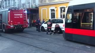 Falschparker blockiert Bim - Feuerwehr macht den Weg frei