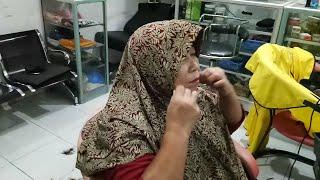 Rambut pixie dibalik jilbab ibu