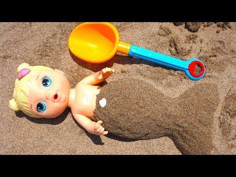 Даша играет на пляже и купаются