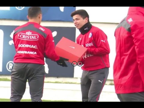 Alexis Sanchez gives his shoes to a youngster in Chile training - سانشيز  يهدي حذائه لشاب