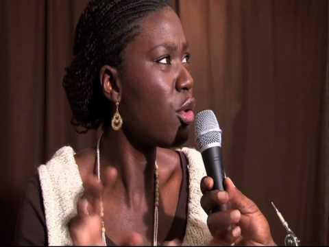Marie Ndiaye présente les concerts au Mombasa Island