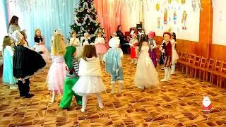 Хоровод пляшет маленький народ на новогоднем утреннике