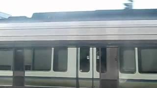 Repeat youtube video 東海道線221系快速 VS 特急スーパーはくとHOT7000系 併走バトル