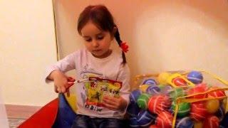 Шукаємо сюрпризи в кульках, ищем сюрпризы в шариках