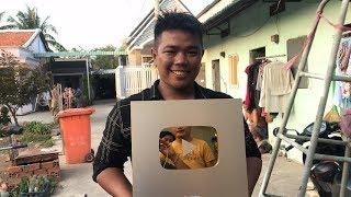 Tâm xe ôm mua nút vàng của Khương Dừa với giá 250 tỷ đồng để... nặn mụn???!!!