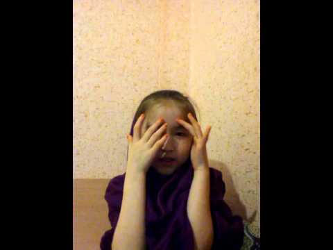 Девочка поет песню Солнце Ани Лорак.