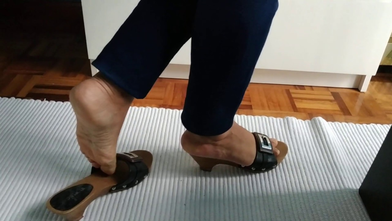 Shoeplay with wooden clogs