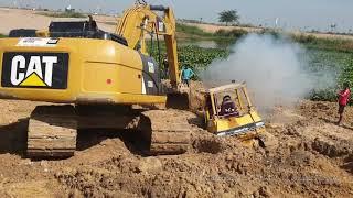 Download អាប៊ុលជាប់ផុងក្នុងភក់ - bulldozer stuck in deep mud & recovery Mp3 and Videos