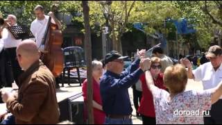 Каталонский танец сардана на фоне собора Саграда Фамилия в Барселоне(Видео с сайта http://doroad.ru/, 2013-05-28T14:45:59.000Z)
