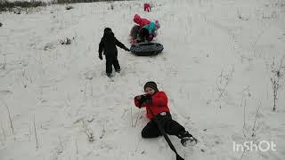 Снежные, ледяные горки. Детские игры. Лёд, снег, санки, игрушки, забавные вертушки