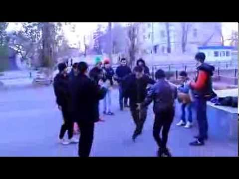 Армяне танцуют на улице