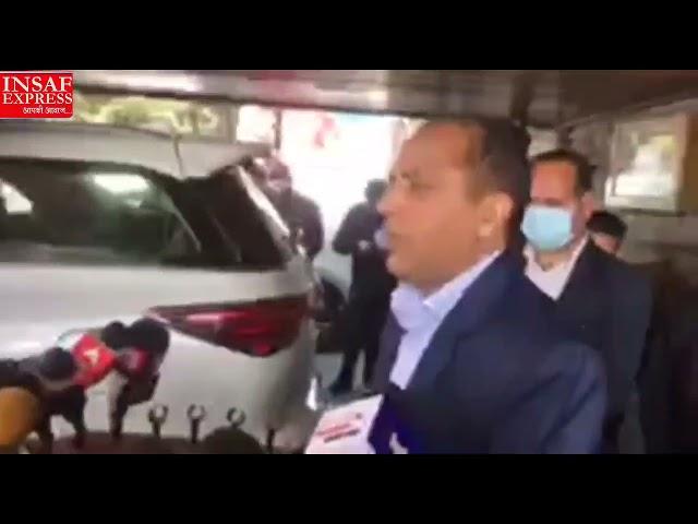 हिमाचल प्रदेश में बढ़ रहे कोरोना के मामलों को ले कर पत्रकारों से बात करते मुख्यमंत्री जय राम ठाकुर।