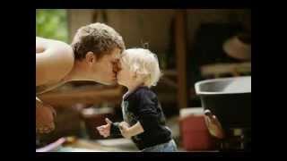 Парень со своим 3-х летним сыном поют для жены своей