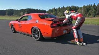 Stuntman skating 200km/h behind a Dodge Challenger SRT8 !