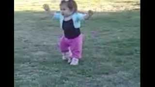 bebe de 10 meses caminando