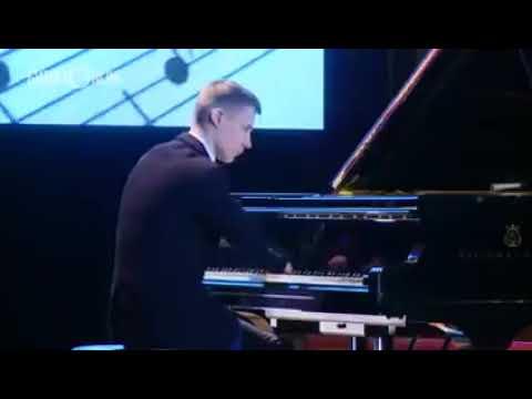 Ce jeune homme qui a perdu ses deux mains joue du piano; Et quand la musique a retenti, le public était vraiment stupéfait (VIdéo)
