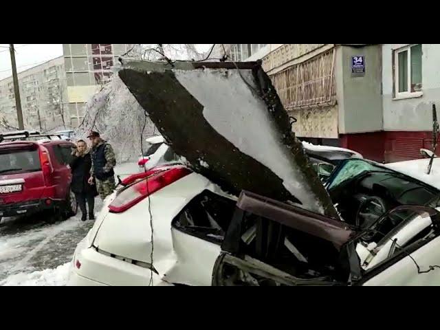 Плита упала на машину с крыши Владивосток