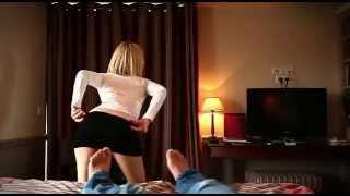 Superbe blonde fait un striptease à Cauet     et il s