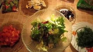 Мои любимые салаты - Салат из салатных листьев, помидоров, маслин и яиц.