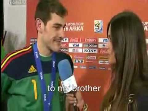 (English CC) Iker Casillas kisses his girlfriend on interview