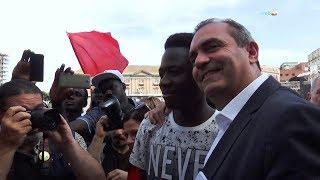 Presidio in piazza per Bouyagui Konatè, de Magistris incontra il ragazzo ferito