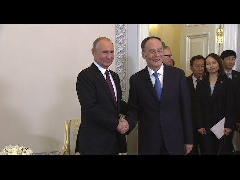 Путин встретился с вице-председателем КНР на полях ПМЭФ