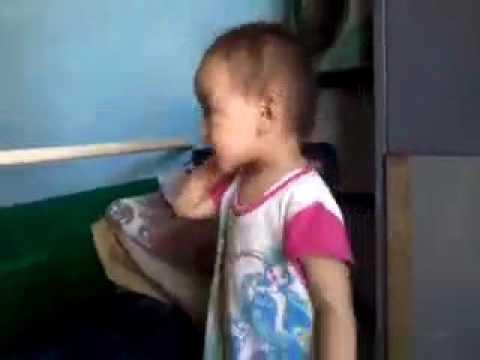 Zalia waktu usia 2 tahun suka denger musik Tegar