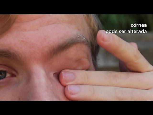 Coçar olhos