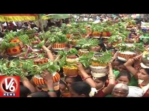 Lal Darwaza Bonalu | Devotees Throng At Sri Simhavahini Mahankali Temple | V6 News