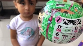 Balita Unboxing Mainan Anak LOL Palsu - Fake Surprise Dolls Tapi Lucu