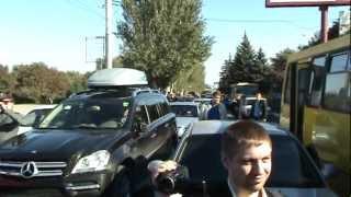 В Мариуполе перекрыли дорогу .. - 13 октября 2012 г.(В Мариуполе перекрыли центр города - экология довела. Очередной митинг посвященный экологической проблем..., 2012-10-13T15:08:10.000Z)