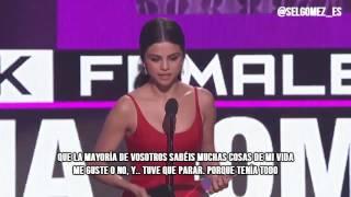 """Selena Gomez recibe el premio """"Mejor Artista Femenina"""" (AMAs) (ESPAÑOL)"""