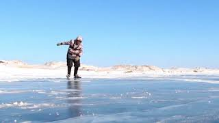76-летняя бабушка ездит на коньках по Байкалу