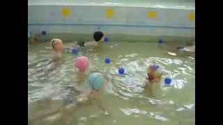 ✈ Малыши в бассейне. Игры в бассейне. Бассейн в детском саду.(Как с нашими детками занимаются в бассейне в детском саду. Игры в бассейне. Ставьте Лайки! Подписывайтесь..., 2016-04-26T18:25:11.000Z)