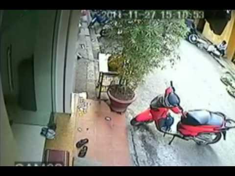 Clip bẻ khóa trộm xe SHi trong 3 giây (Sao24h.net)