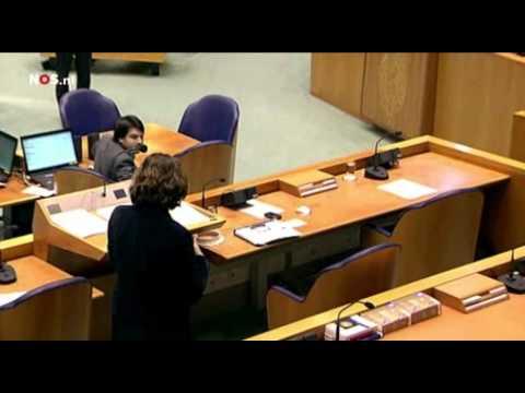 Lamp valt bijna op hoofd minister Schippers in de Tweede Kamer