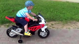 ребенок на мотоцикле BMW S1000RR весело проводит время. Как кататься ребенку на мотоцикле. Обзор