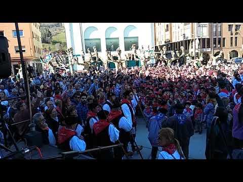 Más de 1.000 niños y niñas de Los Corrales de Buelna cantan 'Viento del Norte'