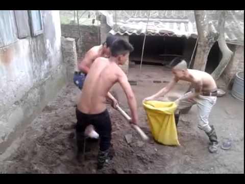 Vũ điệu xúc cát của 3 thanh niên thôn, không thể nhịn cười
