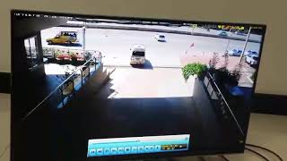 ภาพวินาที ที่รถยนต์ พุ่งออกจากโชว์รูมรถแห่งหนึ่ง   ชนเข้ากับสะพานข้ามแยก ถนนอุดรฯ-สกลฯ