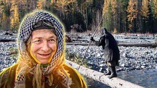 Агафья Лыкова с отцом Карпом Как Лыковым строили лабаз от медведей в 1983 году