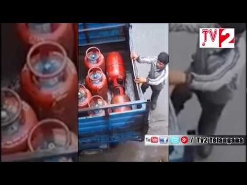 CAUGHT ON CAMERA: How Gas Is Stolen Before Gas Cylinder Gets Delivered To Your Home || Tv2Telangana