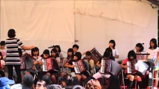 うん・・年ぶり校歌うたう、大善寺小学校器楽部の熱唱.