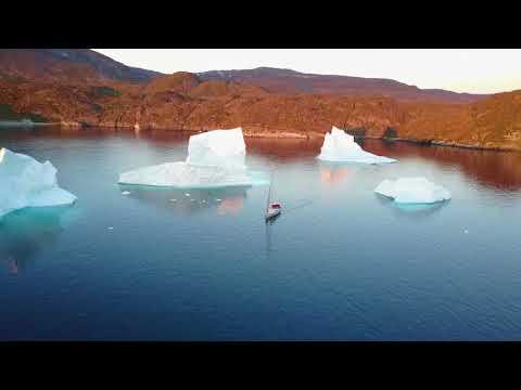 Greenland. Iceberg, yacht, drone, sunset - beautiful. / Закат в Гренландии на яхте среди айсбергов.